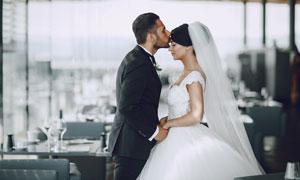 吻新娘額頭的新郎人物攝影高清圖片