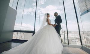 站在窗戶邊的新娘新郎攝影高清圖片
