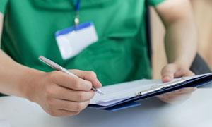 在記錄病歷的醫生人物攝影高清圖片