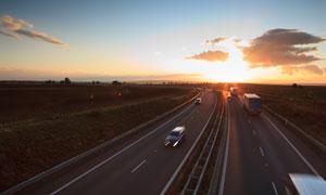 穿梭在高速路上的車輛攝影高清圖片