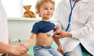 在檢查身體的兒童人物攝影高清圖片