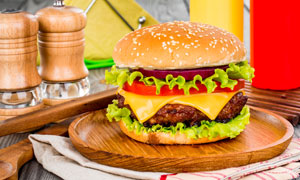 圆形木托盘上的汉堡包摄影高清图片