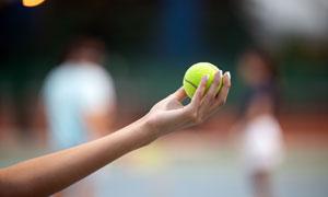 發球準備中的網球特寫攝影高清圖片