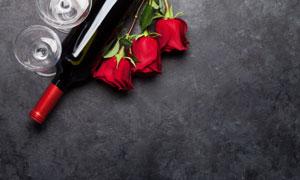 高腳杯紅玫瑰與葡萄酒攝影高清圖片