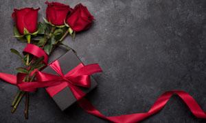 禮物盒與三朵紅玫瑰花攝影高清圖片