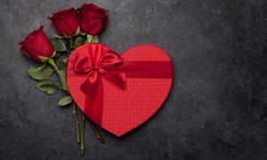 玫瑰花朵與桃心禮物盒攝影高清圖片