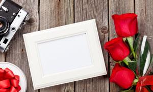 玫瑰花高腳杯與空白畫框等高清圖片