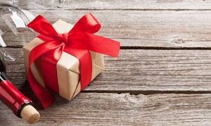 紅酒高腳杯與禮物盒等攝影高清圖片
