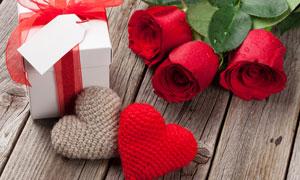 桃心工藝品與玫瑰花朵攝影高清圖片