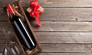 酒杯禮物盒與一瓶紅酒攝影高清圖片