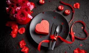 紅花絲帶與餐具等特寫攝影高清圖片