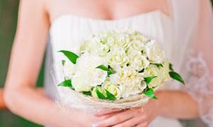 拿玫瑰捧花的新娘人物攝影高清圖片