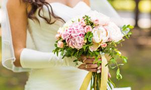 雙手拿捧花的新娘婚紗攝影高清圖片