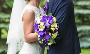 手拿著鮮花的新郎新娘攝影高清圖片