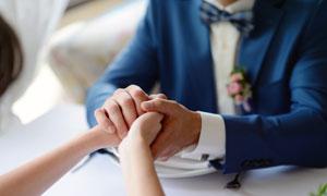 恩愛情侶握住彼此的手特寫高清圖片