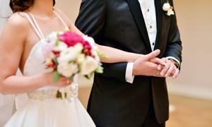 新郎拉著新娘的手特寫攝影高清圖片