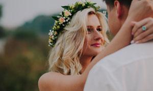 頭戴著花環的金發新娘美女攝影圖片