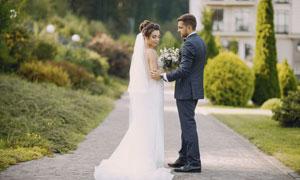 西裝新郎與白色婚紗的新娘攝影圖片