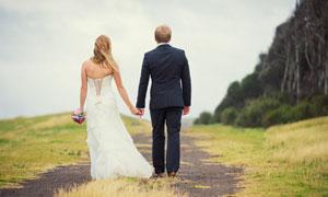 手拉手的戀人外景婚紗攝影高清圖片