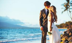 站在大海邊的甜蜜愛戀攝影高清圖片