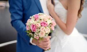 攥在手里的婚慶用捧花攝影高清圖片