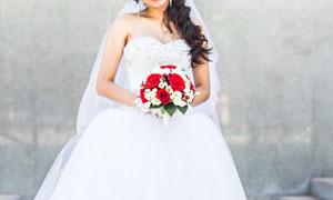 白色婚紗美女手中的一束花高清圖片