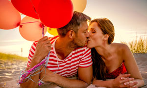 手抓着气球的情侣人物摄影高清图片