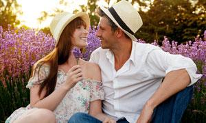 薰衣草丛前的一对情侣摄影高清图片