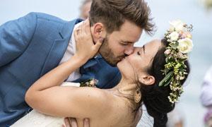 在一起激吻的情侣人物摄影高清图片