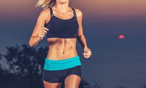 在晚上路跑的運動人物攝影高清圖片
