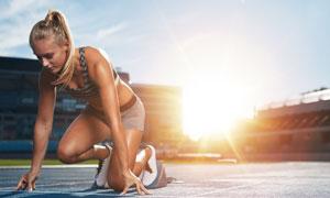 體育場上的準備起跑的美女高清圖片