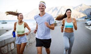 一起在戶外跑步的男女攝影高清圖片