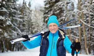 肩扛著滑雪裝備的人物攝影高清圖片