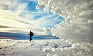 藍天冰天雪地風光登山人物高清圖片