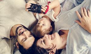 一起看照片的三口之家摄影高清图片