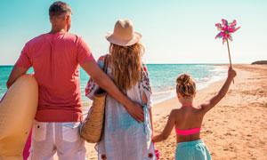 面朝蔚蓝大海的一家人摄影高清图片