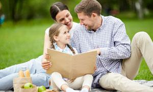 一起看相册的幸福家庭摄影高清图片