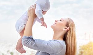 被媽媽舉高高的小寶貝攝影高清圖片