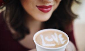 美女面前一杯花式咖啡特寫高清圖片