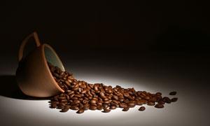 從杯子倒出來的咖啡豆特寫高清圖片