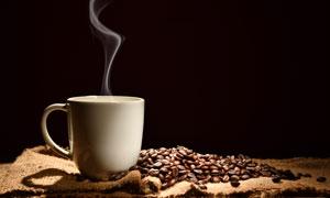 冒著熱氣的咖啡杯特寫攝影高清圖片