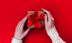 在紅色背景上的禮物盒攝影高清圖片