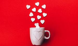 白色馬克杯中桃心創意攝影高清圖片