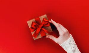 伸手去拿禮物盒的情景特寫高清圖片