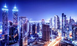 夜晚照如白晝的城市建筑群攝影圖片