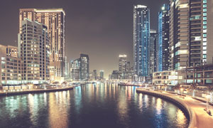 湖畔高楼大厦夜晚照明摄影高清图片