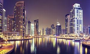 城市湖泊景观与建筑群夜景高清图片