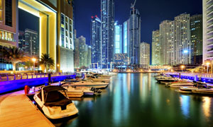 城市高樓與湖畔小船等攝影高清圖片