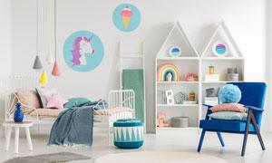 房間兒童床與沙發家具布置高清圖片