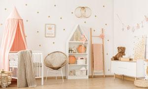 嬰兒用床與椅子等家具陳設高清圖片